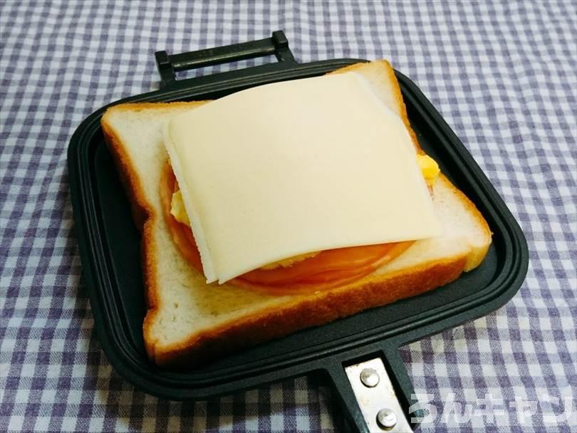 ホットサンドメーカーで焼く前のハムチーズエッグホットサンド