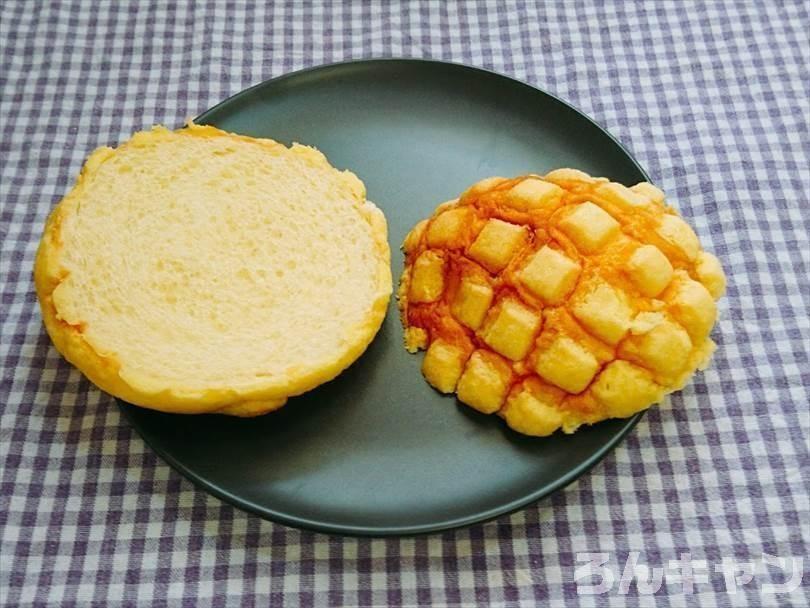 メロンパンを半分に切る