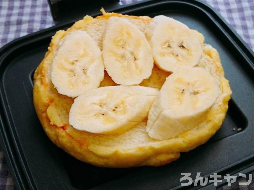 メロンパンにバナナをのせる