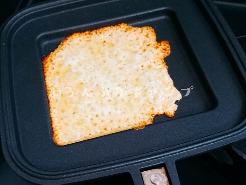 後のせしたチーズをホットサンドメーカーで別焼きしている様子