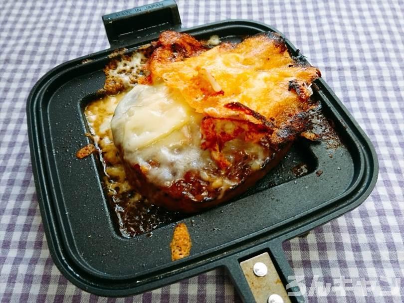 ホットサンドメーカーで焼く前のハンバーグととろけるチーズ