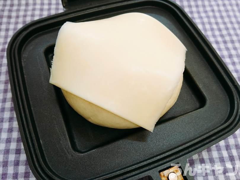 ホットサンドメーカーで焼く前のチーズのせ肉まん