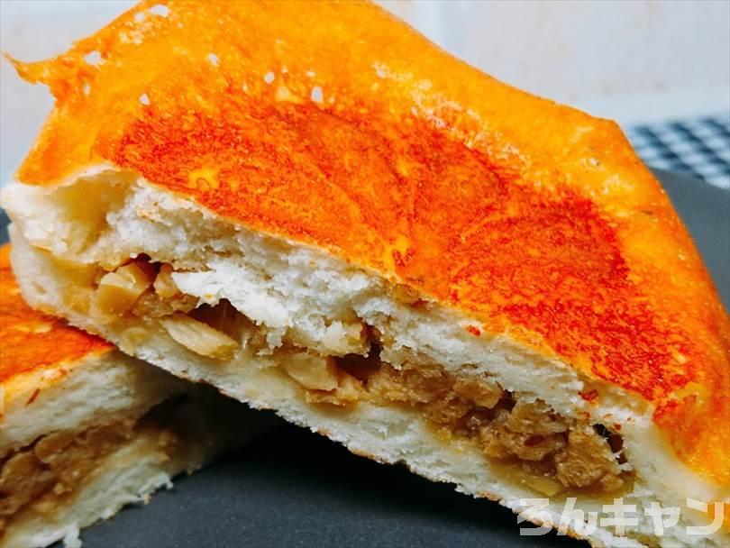 ホットサンドメーカーで焼いたチーズのせ肉まんを半分に切った状態