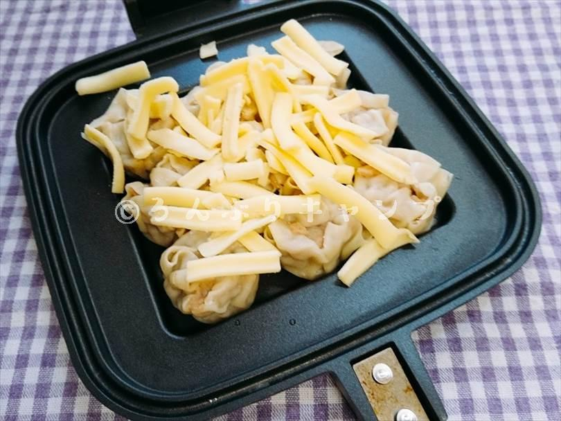 ホットサンドメーカーで焼く前のシュウマイにとろけるチーズをトッピングした状態