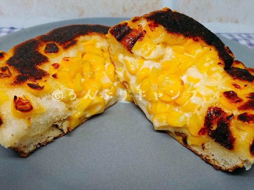 ホットサンドメーカーで焼いたコーンパンを半分に切った状態