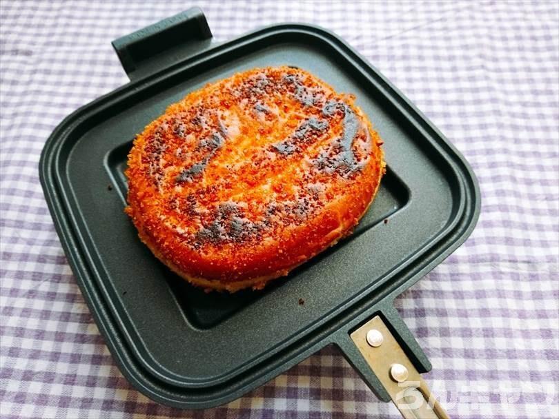 ホットサンドメーカーで焼いた後のカレーパンの状態
