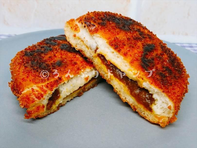 ホットサンドメーカーで焼いたカレーパンを半分に切った状態