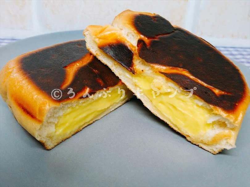 ホットサンドメーカーで焼いたクリームパンを半分に切った状態