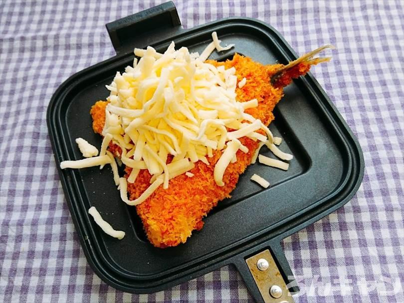 ホットサンドメーカーで焼く前のアジフライととろけるチーズ