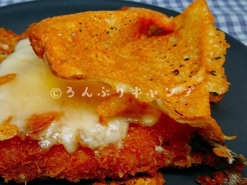ホットサンドメーカーで焼いた後のアジフライのカリカリチーズ