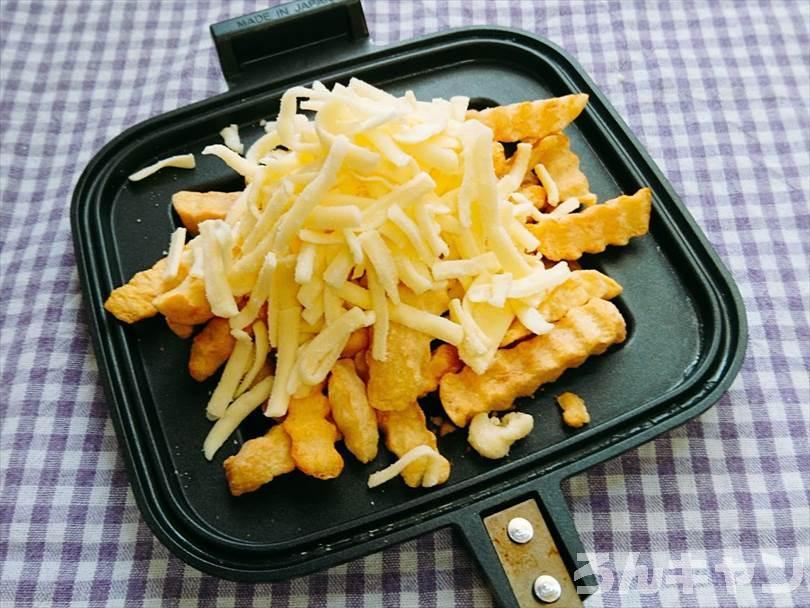 ホットサンドメーカーで焼く前のフライドポテトととろけるチーズ