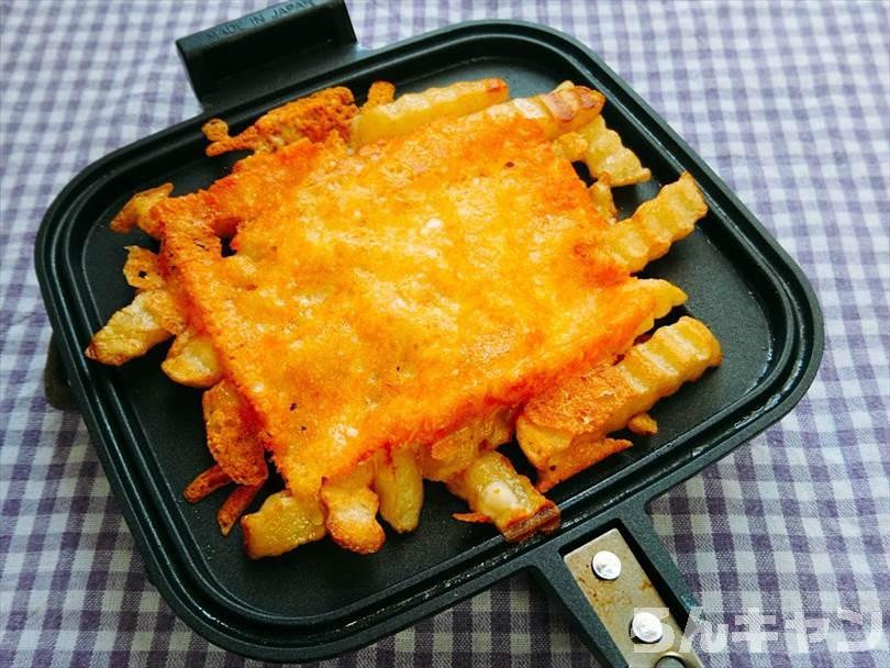 ホットサンドメーカーで焼いた後のフライドポテトととろけるチーズ