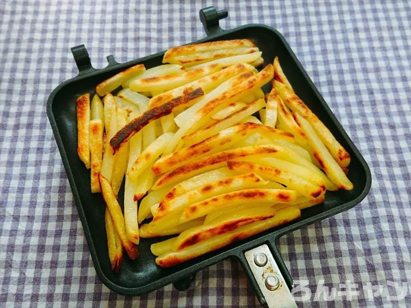 ホットサンドメーカーで焼いた冷凍のフライドポテト(細め)