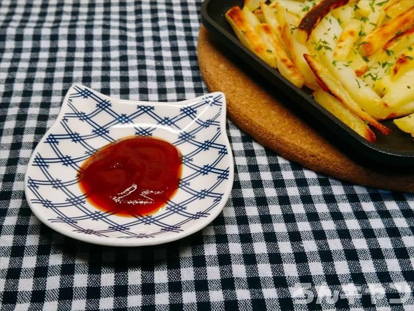 ホットサンドメーカーで焼いた冷凍のフライドポテト(細め)にケチャップをつけて食べる
