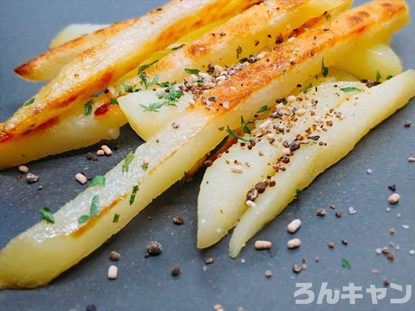 ホットサンドメーカーで焼いた冷凍のフライドポテト(細め)にマキシマムをかけて食べる