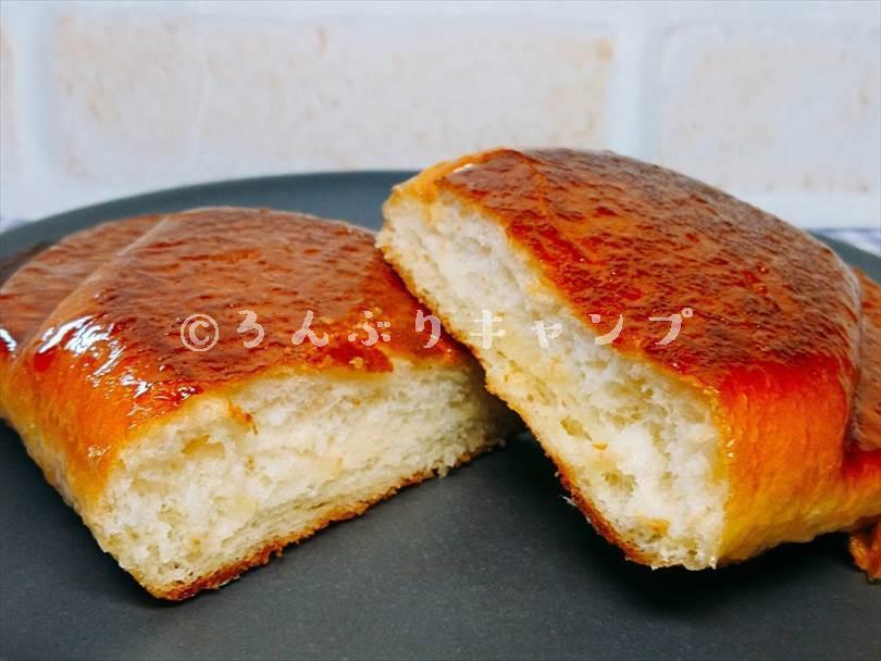 ホットサンドメーカーで焼いた揚げパンを半分に切った状態