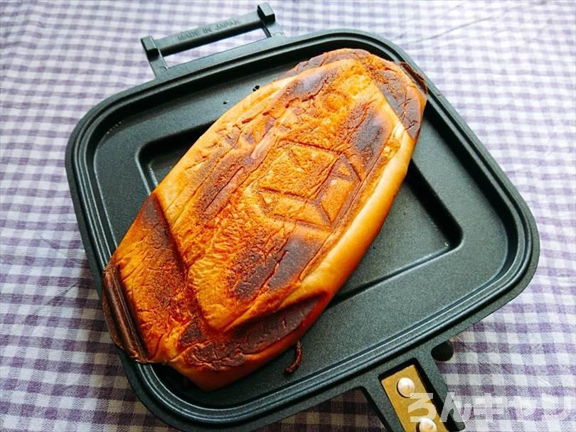 ホットサンドメーカーで焼いた焼きそばパンの底がこんがり焦げている状態