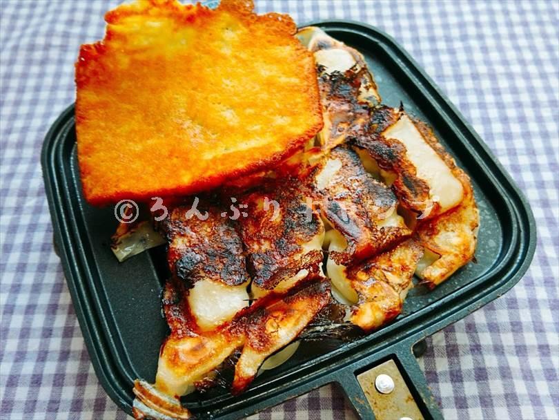 ホットサンドメーカーで焼いた後の餃子にカリカリチーズをトッピングしたもの