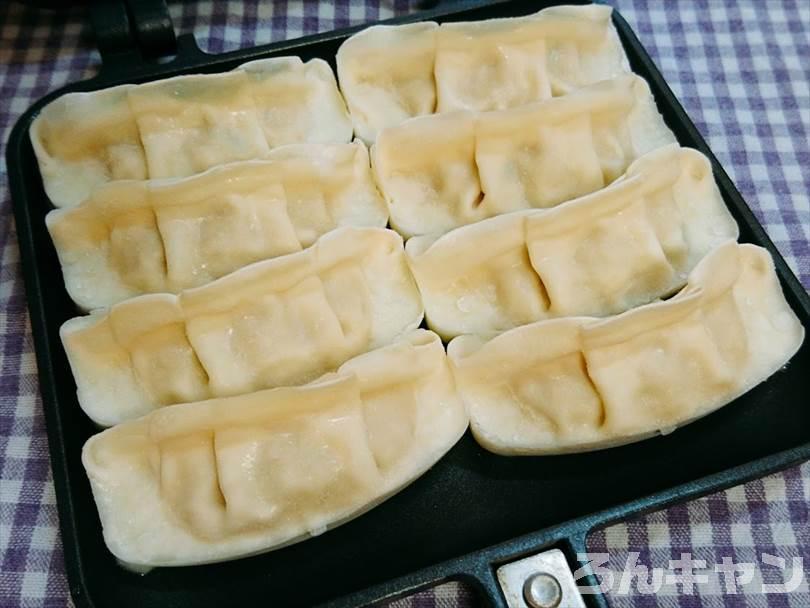 冷凍餃子をホットサンドメーカーに並べる