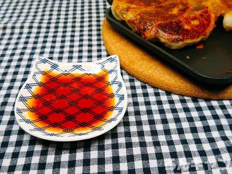 ホットサンドメーカーで焼いた冷凍餃子を酢醤油とラー油で食べる