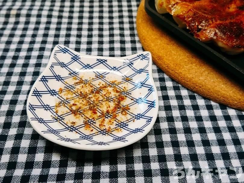 ホットサンドメーカーで焼いた冷凍餃子を酢コショウで食べる