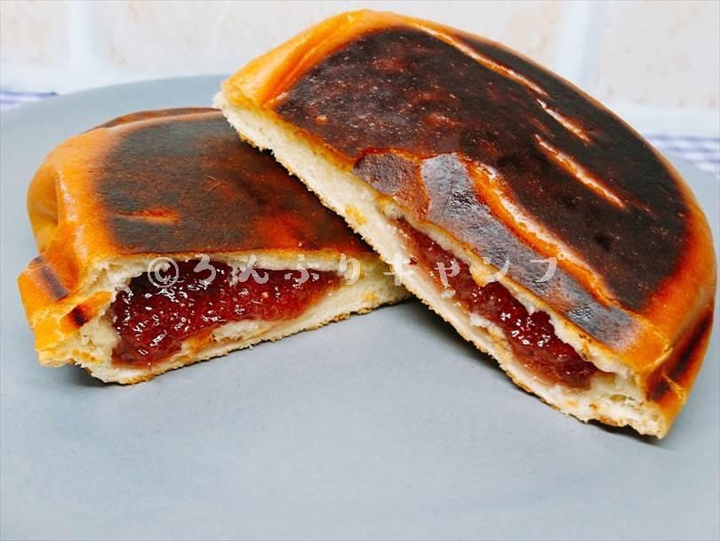 ホットサンドメーカーで焼いたジャムパンを半分に切った状態