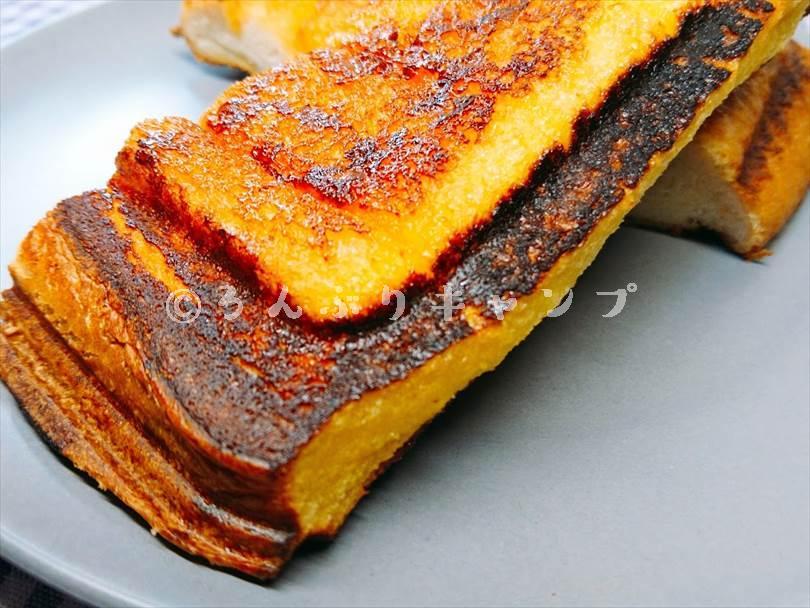 ホットサンドメーカーで焼いたメープルフレンチのフチがカリッと焦げている状態