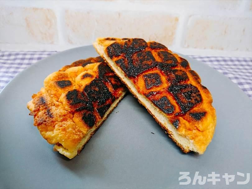 ホットサンドメーカーで焼いたメロンパンを半分に切った状態