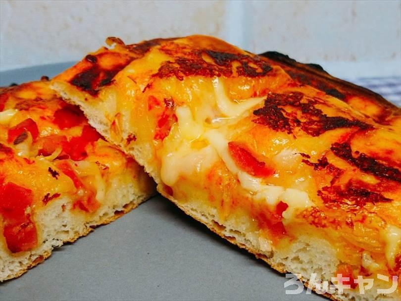 ホットサンドメーカーで焼いた後のピザパンを半分に切った状態