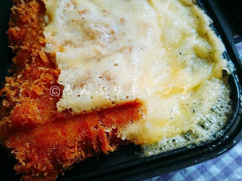 ホットサンドメーカーで焼いた後のとんかつのチーズが溶けている様子