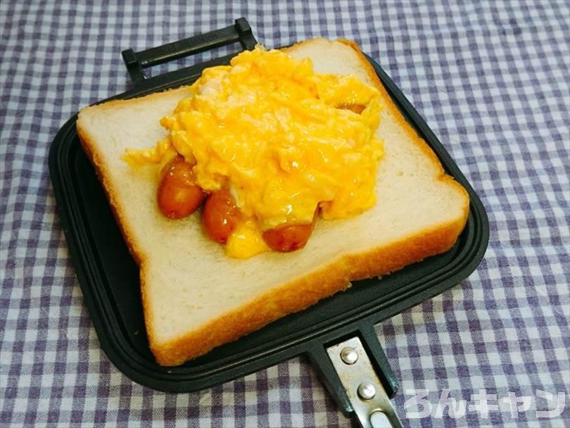 ホットサンドメーカーで焼く前のシャウエッセンとタマゴとチーズのホットサンド