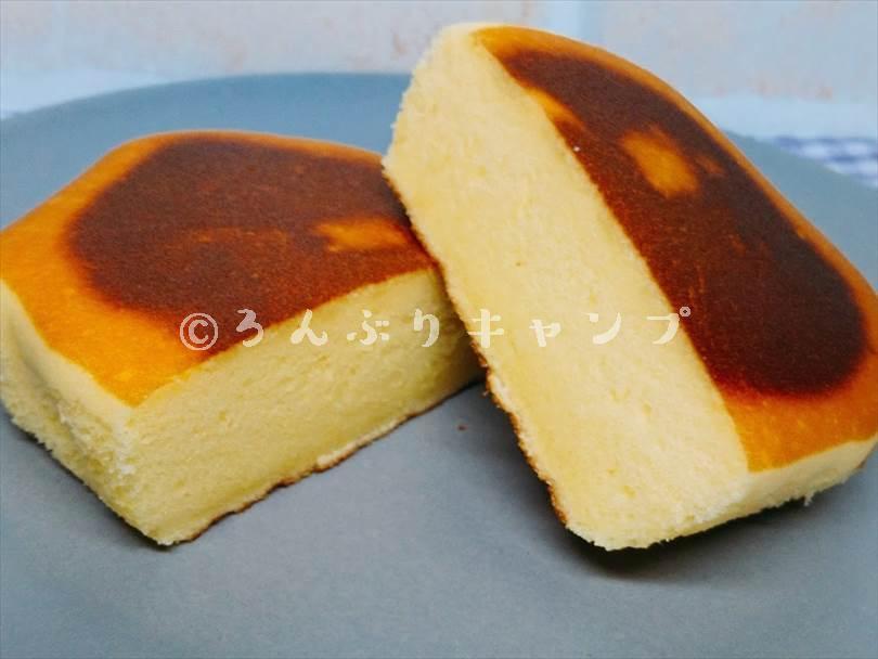 ホットサンドメーカーで焼いたチーズ蒸しケーキを半分に切った状態