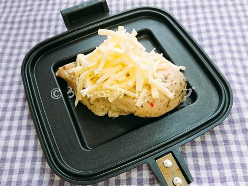 ホットサンドメーカーで焼く前のサラダチキンにとろけるチーズを山盛りにした状態