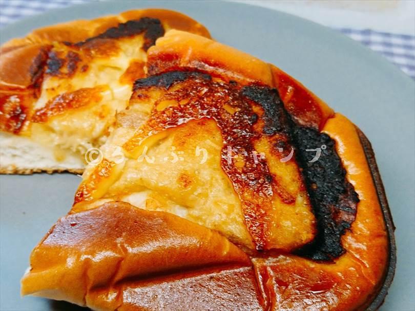 ホットサンドメーカーで焼いたツナマヨネーズパンを半分に切った状態