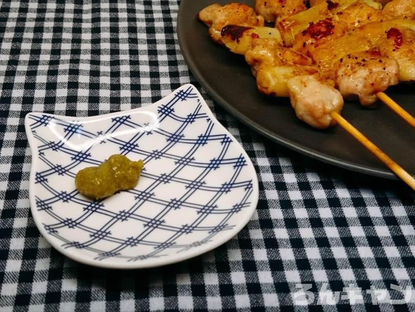 ホットサンドメーカーで焼いた焼き鳥(ネギマ串)に柚子胡椒をつけて食べる