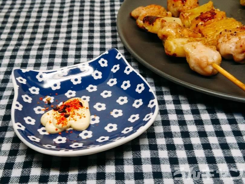 ホットサンドメーカーで焼いた焼き鳥(ネギマ串)に七味マヨネーズをつけて食べる