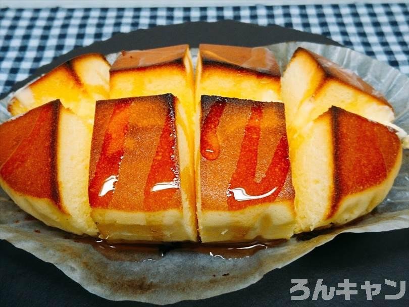 オーブントースターで焼いた北海道チーズ蒸しケーキにシロップをまわしかける