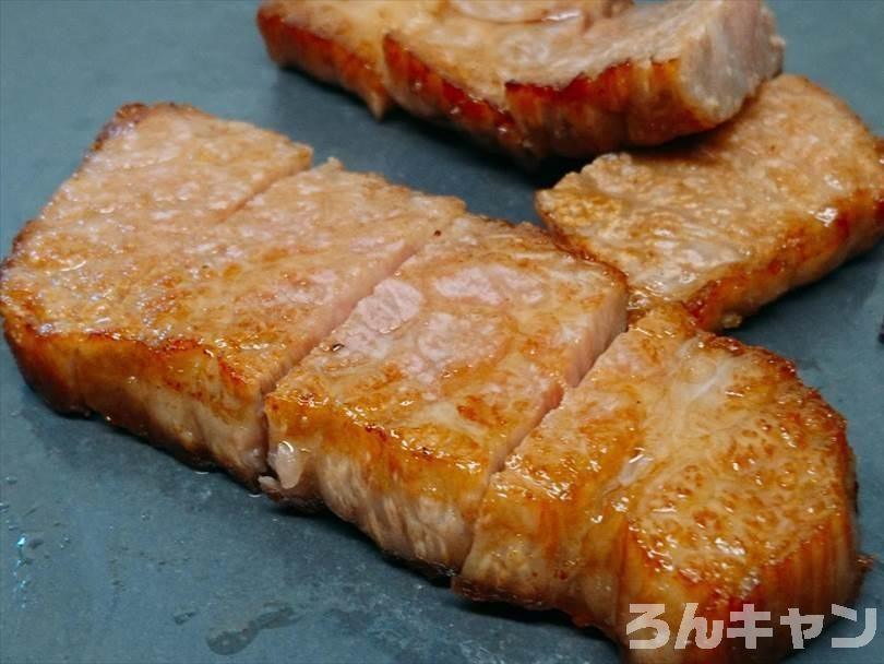 ホットサンドメーカーで焼いた後の黒毛和牛ステーキをお皿に並べた状態