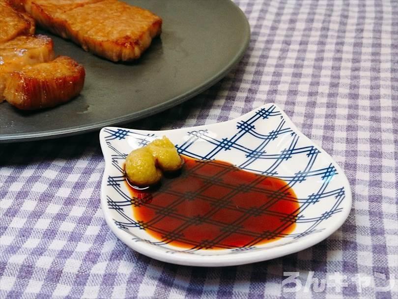 ホットサンドメーカーで焼いた後の黒毛和牛ステーキをわさび醤油につけて食べる