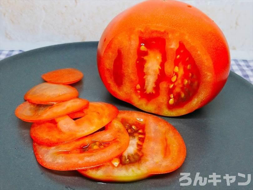 下村工業の三徳庖丁(ヴェルダンファイン OVF-101)でトマトを薄く切った様子