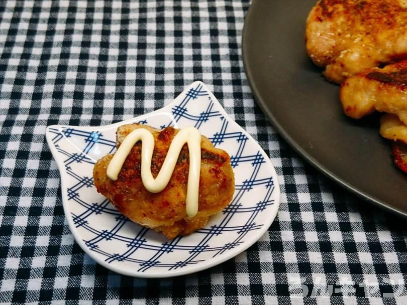 ホットサンドメーカーで焼いた鶏の唐揚げに味変でマヨネーズをかけて食べる