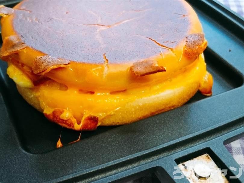 ホットサンドメーカーで焼いた後のベーコンエッグマックサンド