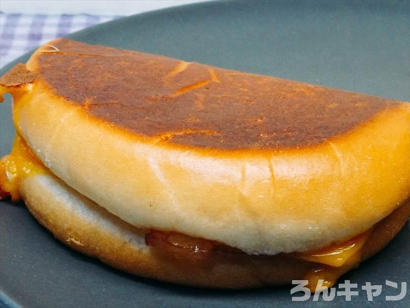 ホットサンドメーカーで焼いた後のベーコンエッグマックサンドを半分に切った状態