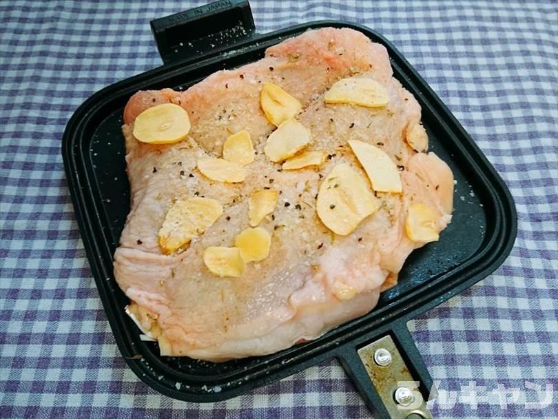 ホットサンドメーカーで焼く前の鶏もも肉(クレイジーソルトとガーリックスライス)