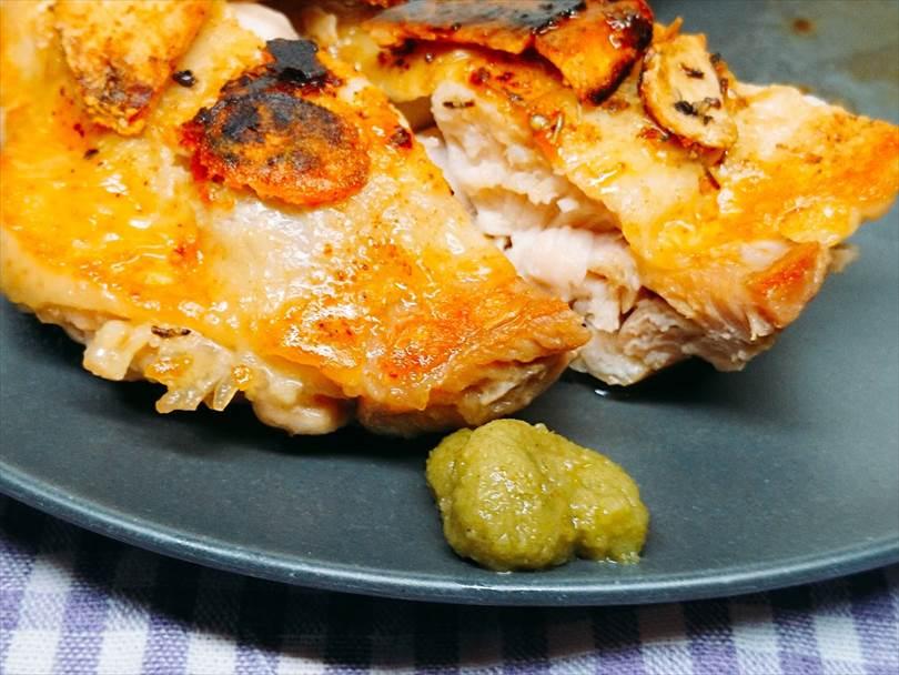 ホットサンドメーカーで焼いた後の鶏もも肉の味変の柚子胡椒