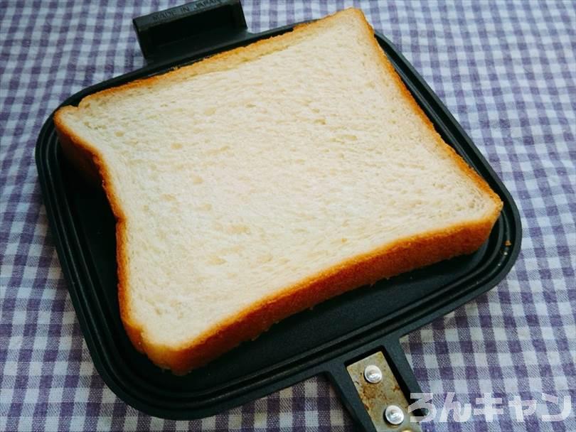 ホットサンドメーカーの上においた食パン