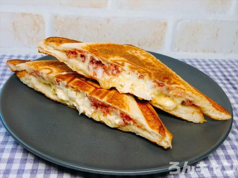 ホットサンドメーカーで焼いた後のコンビーフ&チーズ