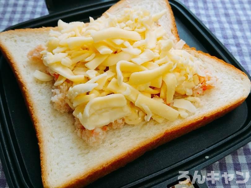 ホットサンドメーカーで焼く前のカニ缶&チーズのホットサンド