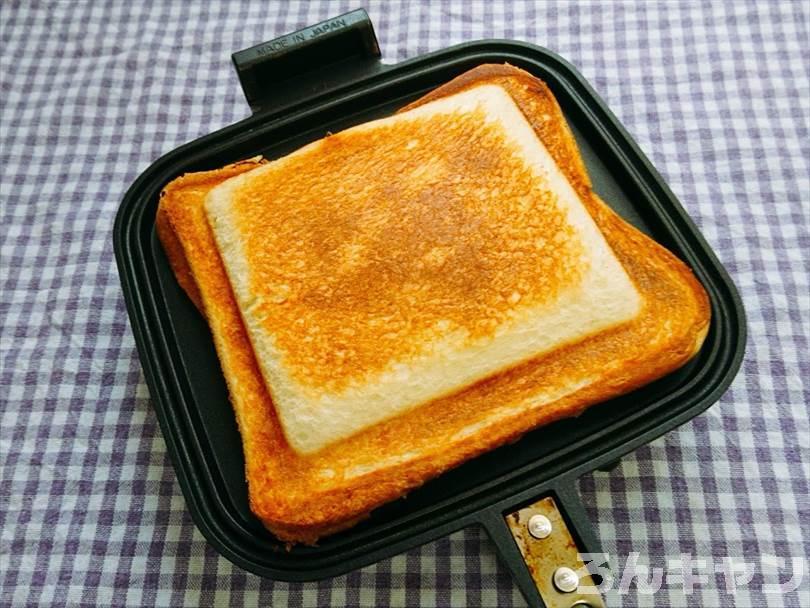 ホットサンドメーカーで焼いた後のカニ缶&チーズのホットサンド