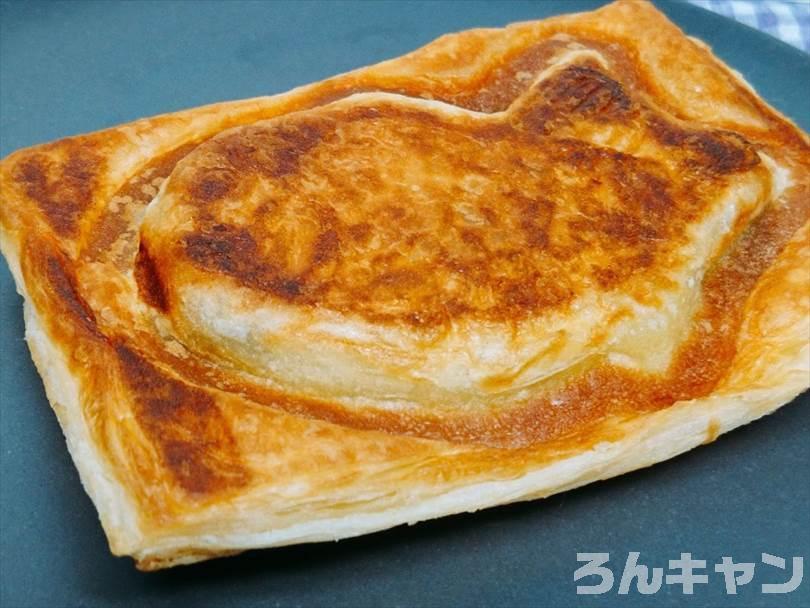 ホットサンドメーカーで焼いた後のクロワッサンたい焼きをお皿に並べた状態
